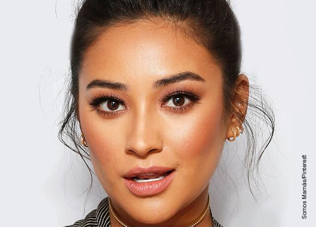 Foto de una modelo asiática que muestra como hacer el maquillaje para morenas