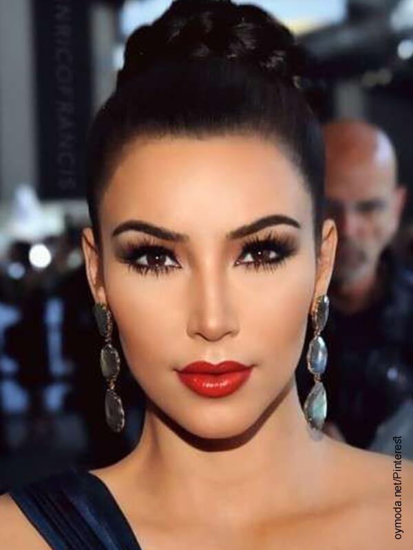 Foto de una mujer con maquillaje de gala