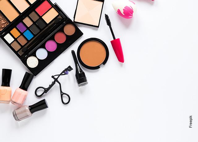 Foto de un set de maquillaje de mujer sobre una mesa blanca