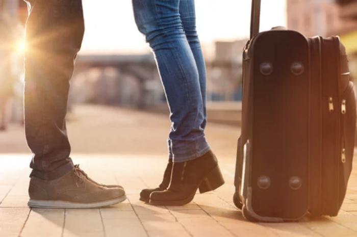 Foto de una pareja en un aeropuerto
