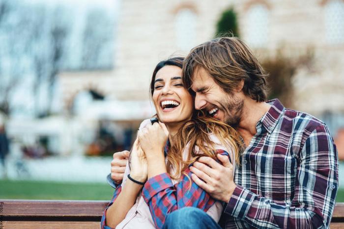 Foto de una pareja sonriendo para ilustrar mensajes de amor para mi novia