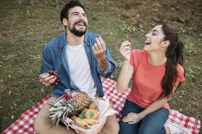 Foto de una pareja haciendo picnic