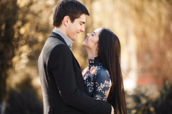 Foto de una pareja en un parque