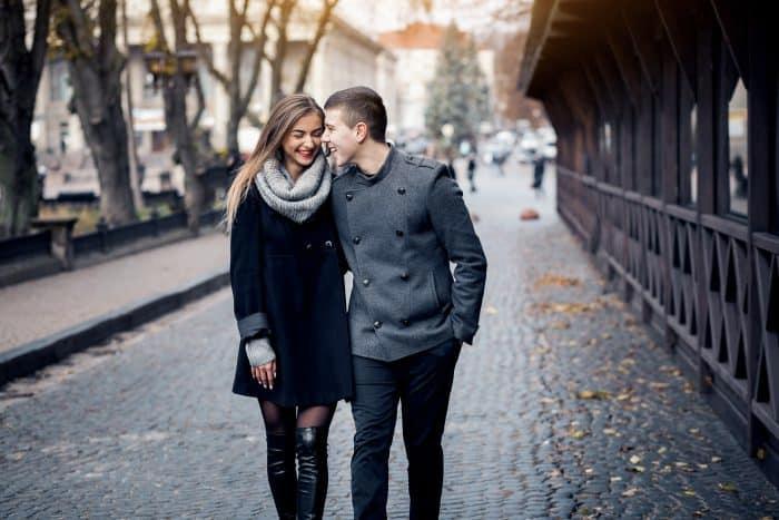 Foto de una pareja caminando de la mano