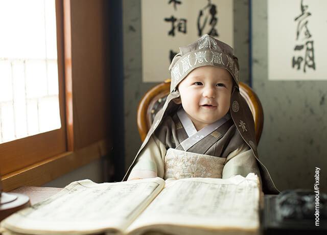 Foto de un bebé coreano vestido con un traje típico que muestra los nombres coreanos