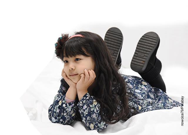 Foto de una niña coreana acostada