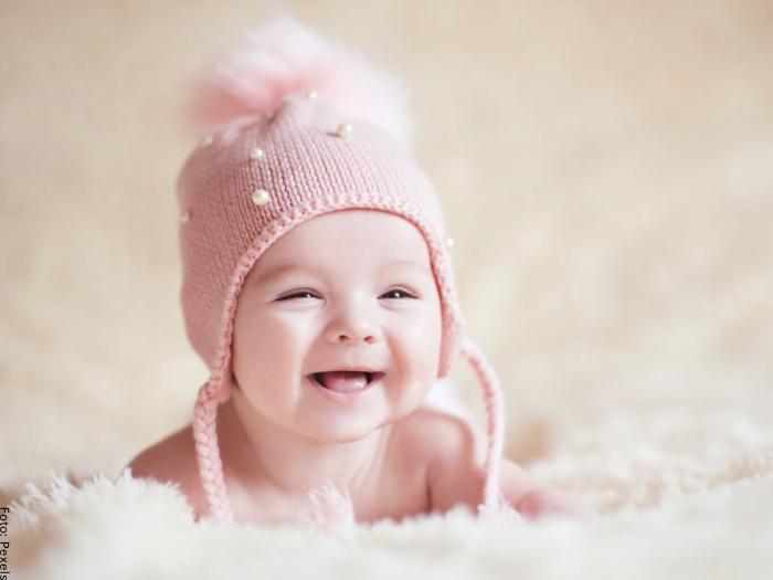 Foto de una bebé con gorro rosado