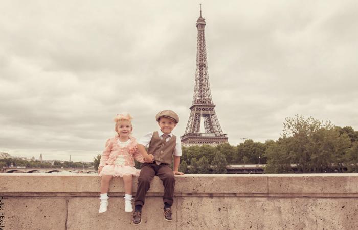 Foto de unos niños y en el fondo la torre eiffel