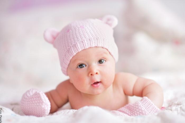 Foto de una bebé vestida de rosado