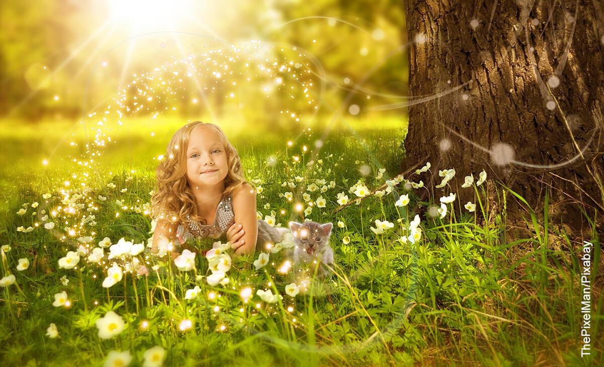 Foto de una niña acostada bajo un árbol que ilustra los nombres raros para niñas