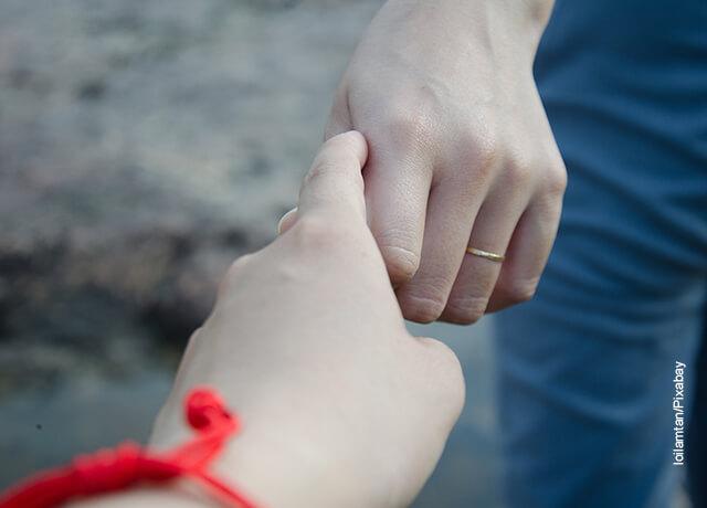 Foto de una pareja tomada de la mano que ilustra las palabras de despedida