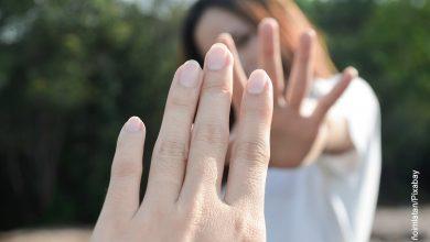 Foto de dos manos alejándose que muestra las palabras de despedida