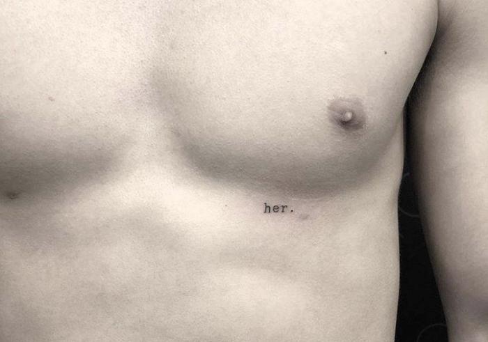 Foto del tatuaje con la palabra ella o her