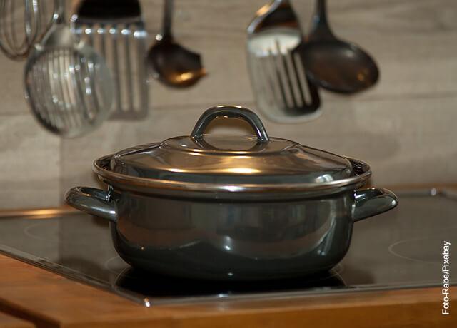 Foto de una olla sobre una estufa que muestra para qué sirve el aceite de mano de res
