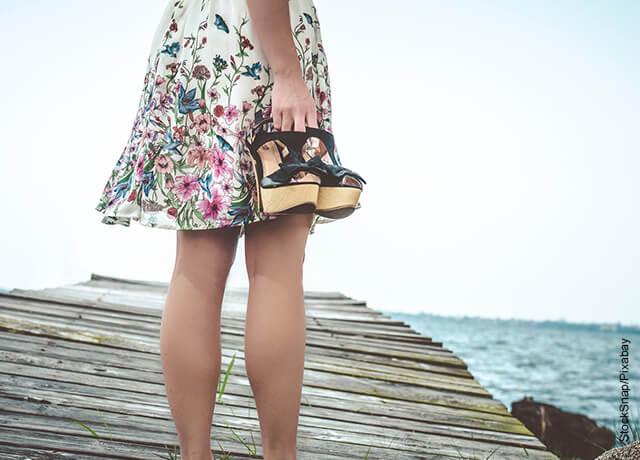 Foto las piernas de una mujer en un muelle