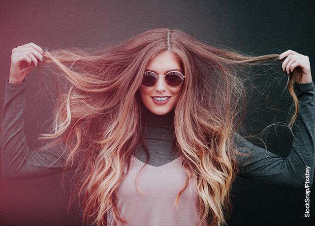 Foto de una mujer mostrando su cabello de colores