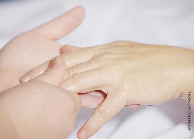 Foto de una persona masajeando sus manos