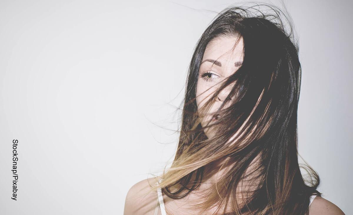 Foto del rostro de una mujer que muestra para qué sirve el aceite de pata de res