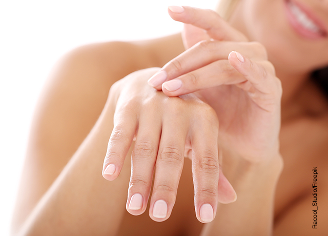 Foto de una mujer tocando la piel de sus manos que ilustra para qué sirve el ácido hialurónico