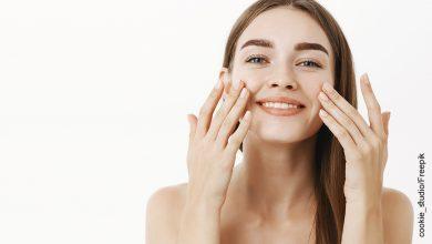 Foto de una mujer tocándose el rostro que muestra para qué sirve el ácido hialurónico