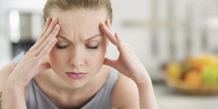Foto de una mujer con dolor de cabeza