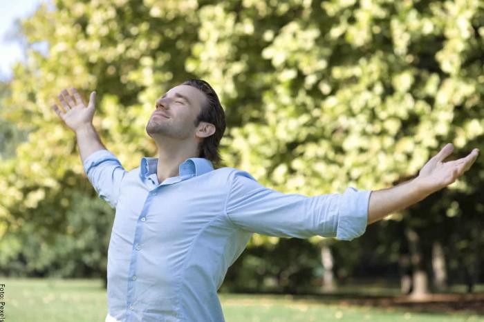 Foto de un hombre respirando al aire libre