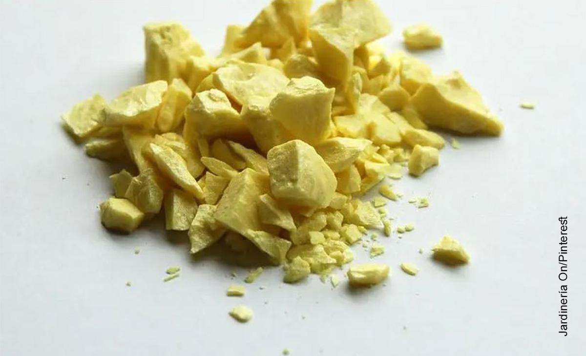 Foto de un mineral amarillento que ilustra para qué sirve el azufre