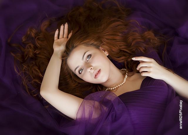 Foto de una mujer recostada sobre una cama que ilustra para qué sirve el azufre