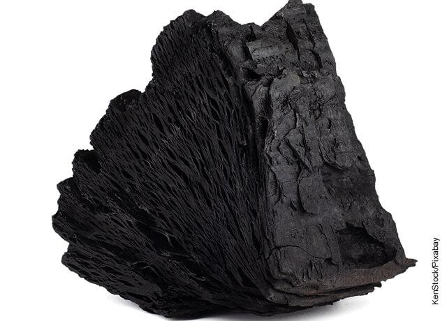 Foto de un trozo de carbón que ilustra para qué sirve el carbón activado
