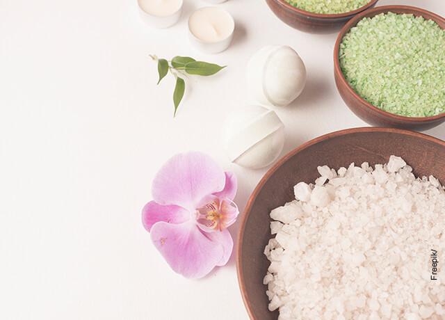 Foto de una taza con sal marina que ilustra para qué sirve el yodo