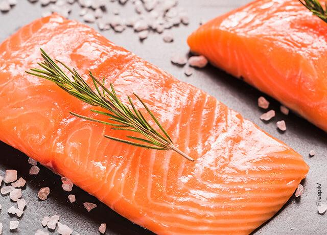 Foto de un trozo de salmón con especias que muestra para qué sirve el yodo