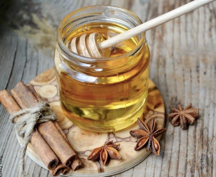 Foto de miel con canela para ilustrar para qué sirve la canela