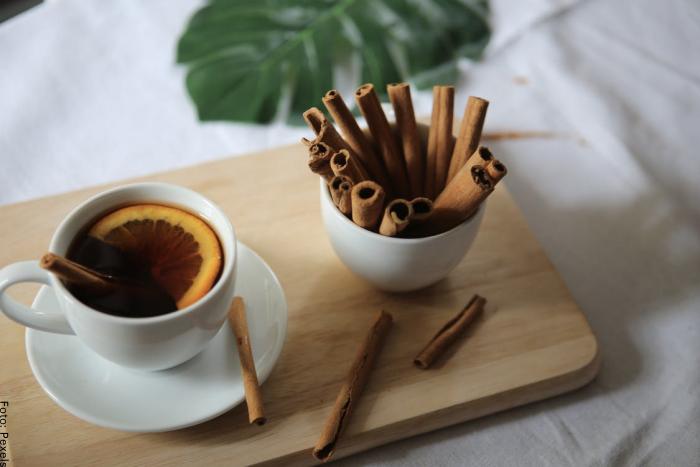 Foto de un té de limón con canela
