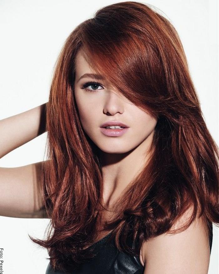 Foto de una mujer sosteniendo su pelo