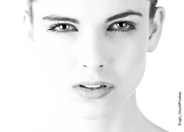 Foto del rostro de una mujer en blanco y negro