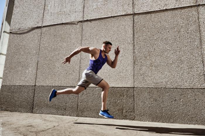 Foto de un hombre corriendo para ilustrar para qué sirve la creatina