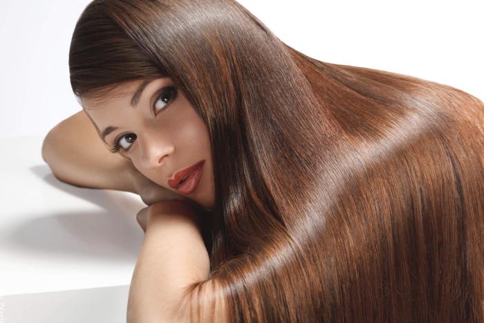 Foto de una mujer con el cabello brillante