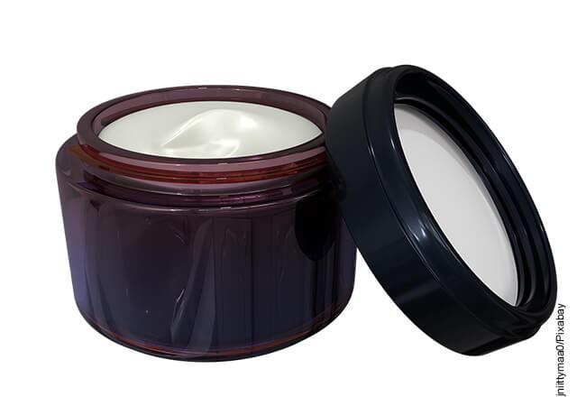 Foto de un recipiente plástico café con crema en su interior