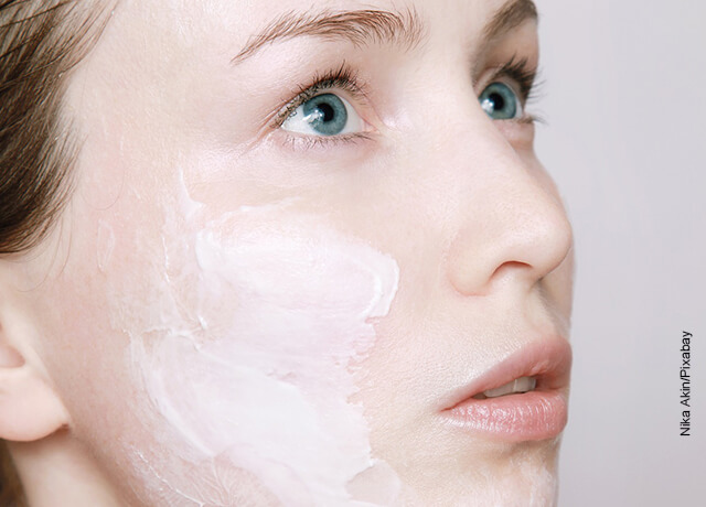 Foto del rostro de una mujer con crema que ilustra para qué sirve la crema Merey