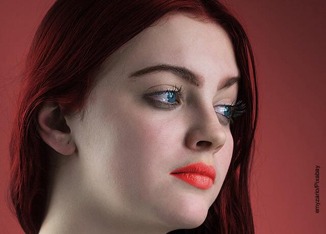 Foto del rostro de una mujer joven de cabello rojo que ilustra para qué sirve la glicerina carbonatada