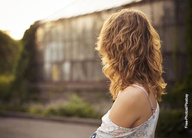 Foto de una mujer dando la espalda a la cámara