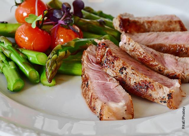 Foto de un filete carne con espárragos que ilustra para qué sirve la proteína