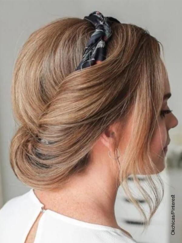 Foto de una mujer rubia que muestra los peinados con cabello recogido