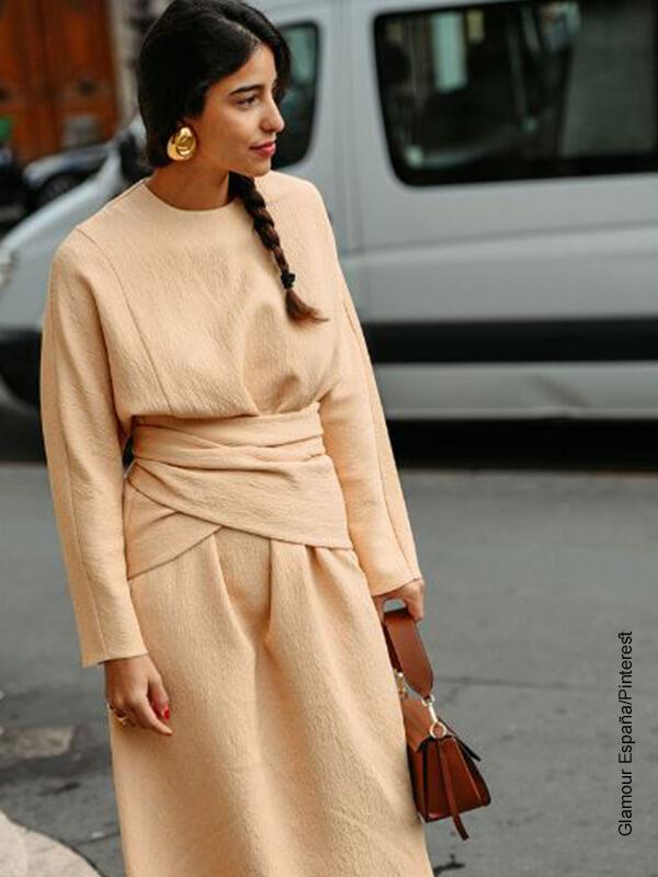 Foto de una mujer elegante que muestra los peinados con cabello recogido