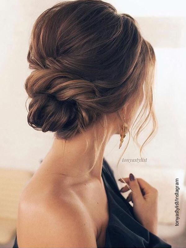 Foto de una mujer con un peinado de gala