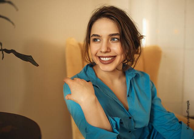 Foto de una mujer de ojos claros sonriendo