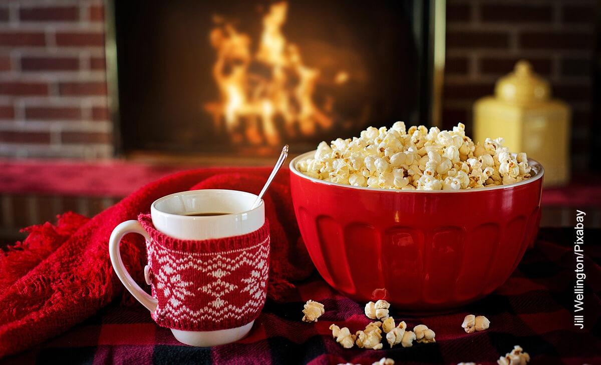 Foto de una taza de crispetas junto con un café caliente que muestra cuáles son las películas animadas