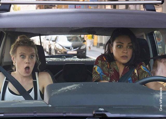 Foto de dos mujeres asustadas en un automóvil que ilustran las películas de acción