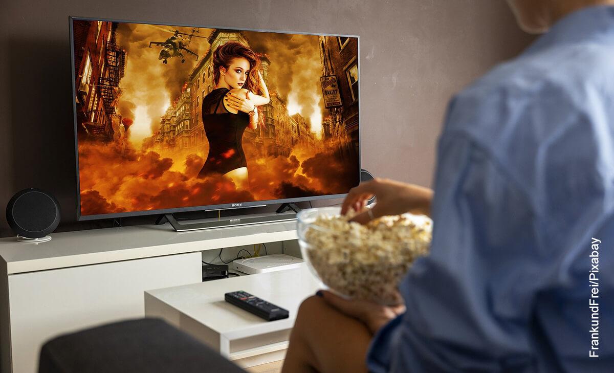 Foto de una persona comiendo crispetas que muestra las películas de acción