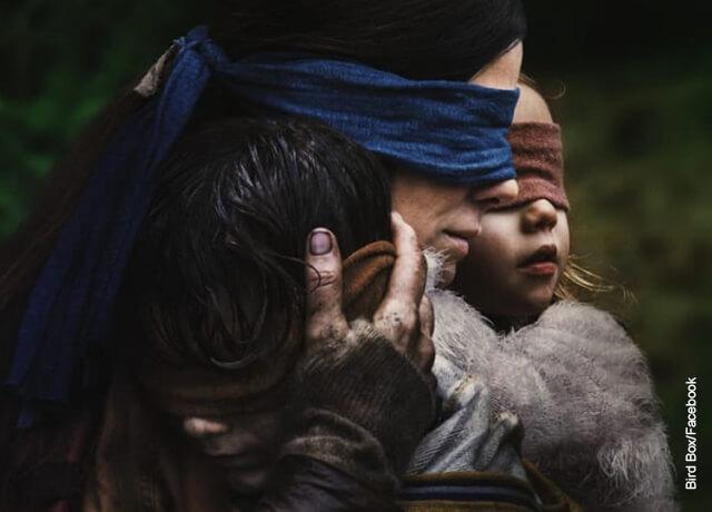 Foto de una mujer y sus hijos con los ojos vendados que ilustra las películas de Sandra Bullock